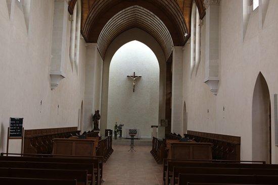 Laval, Fransa: L'abbaye possédant une église, il est possible d'assister à une messe afin d'écouter les chants  ou de visiter gratuitement l'église.