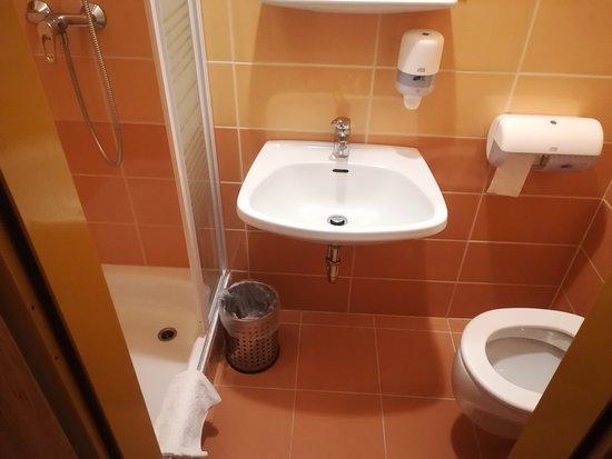 Bad klein, WC sehr eng..... Größe der Dusche aber ok