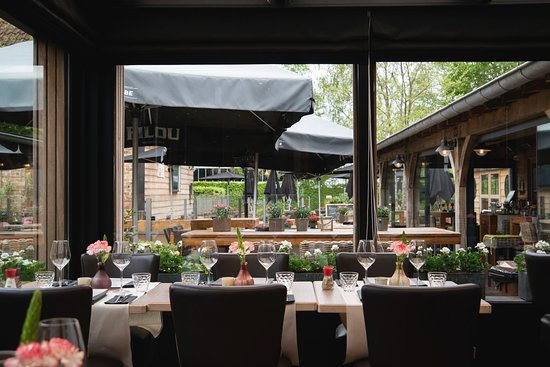 uitzicht restaurant naar terras