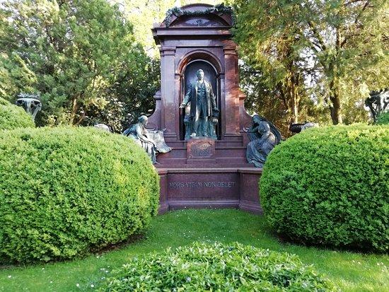中央公墓(Zentralfriedhof)