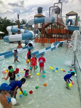 Ocean Riviera Paradise: Daisy Section Waterpark and Kids Club water balloon fight!