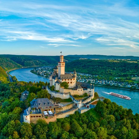 Braubach, Nemecko: Dramatic views soar to breathtaking heights at the 700-year-old Marksburg Castle, perched high above the romantic Rhine Valley.