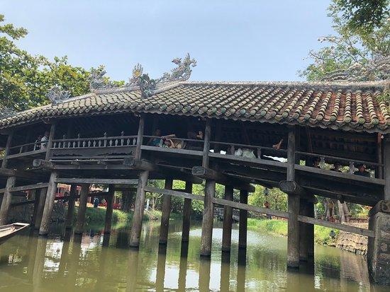 Hue Off the Beaten Path Tour en moto y clase de cocina: Thanh Toan Tile Roof Bridge
