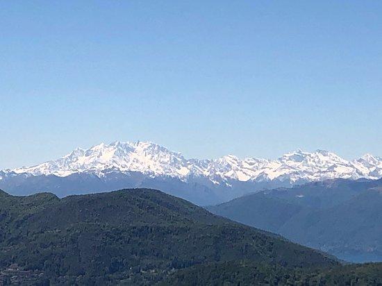 """Monte San Salvatore: Blick von der Restaurantterrasse auf die Alpen, mit dem """"Dom"""", der höchsten Erhebung der Schweiz sowie dem Monterosa"""
