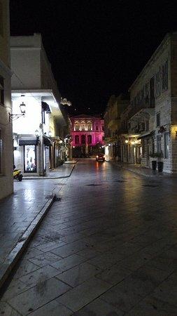 Hermoupolis, Grčka: Το υπεροχο Δημαρχείο φωτισμένο ροζ για καλο σκοπο για τον καρκίνο του μαστού και την ημερίδα πρόληψης που εγινε στην Συρο απο την ΑΕΛΙΑ.