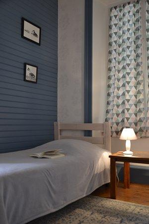 Chambre de deux lits simples. Chambre lumineuse grâce à ses deux fenêtres. Parquet.