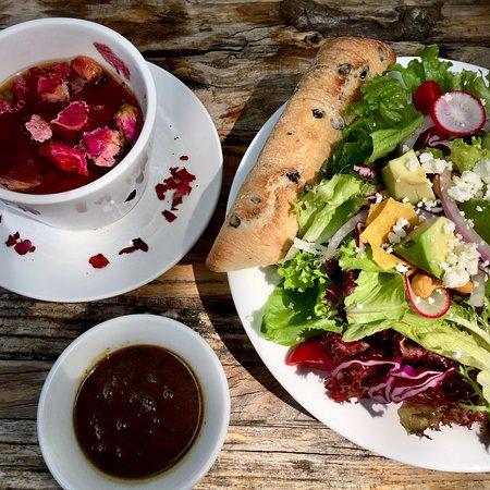 Cafe Zarah: 春限定のhoneyrosehiprooibostea & salad グリーンに囲まれた中庭で。朝オープン10:00頃に到着して朝からステキな時を過ごせました。ゆったりした音楽に開放的な店内、また来たいです。