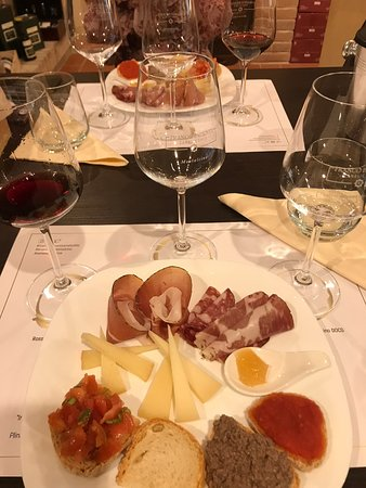 Montalcino, Italia: Tour, wine tasting and lunch!