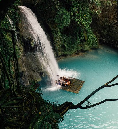 Filipiny: So many blue waterfalls in the Philippines.