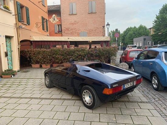 Il VIP fa il suo ingresso con un'auto d'eccelenza: solo 18 esemplari al mondo. Nella città della Lamborghini può succedere anche questo.