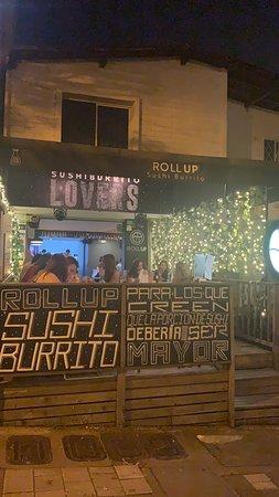 Si señores, así como lo leen, SUSHI BURRITO, el sueño hecho realidad para los verdaderos amantes del sushi, como yo, que delicia el sushi y en tamaño de burrito ??? Lo maximo.... pero bueno les cuento, la idea es sensacional, los sabores son una cosa de locos, la excelente presentación de los platos, la excelente atención, muy bien ubicados, la carta tiene de todo y para todos, recomendadisimo !!! #sushilovers
