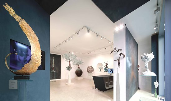 Our lovely gallery in Pietrasanta, just a few steps away from the Duomo. Come visit us! | La nostra incantevole galleria di Pietrasanta, a soli pochi passi dal Duomo. Venite a trovarci!