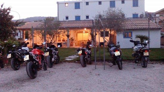 Hotel Sortale Ristorante: All'aperto in giardino potete parcheggiare le vostre moto al sicuro