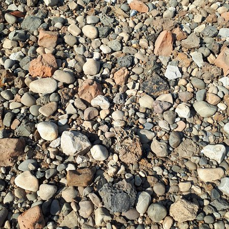 Chermoz, روسيا: Просто камушки на берегу. Точнее не просто. Очень много #шлака. Ну и нашла более менее чистое местечко. Берега очень грязные. Странно, что никто не собирает #металлолом,  его там кругом море.