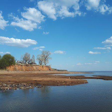 Chermoz, روسيا: #берегкамы. Видно как низко уровень воды. Тут же впадает в Каму какая-то маленькая речушка принося с собой кучу мусора. Но природа шикарная!