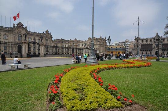 Lima, Peru: Velkolepá budova Palacio Gobierno na Plaza de Armas se nachází v bezprostřední blízkosti Arcibiskubského paláce