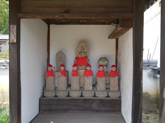 Zempuku-ji Temple: 二列目の右端が義満の石塔婆