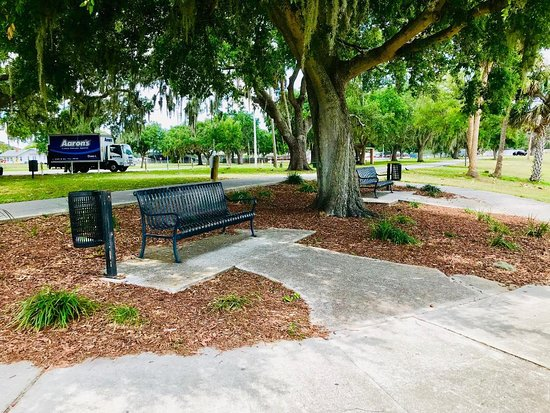 Lake Wales, Floride : There are lots of sitting areas - mostly under giant Live Oaks