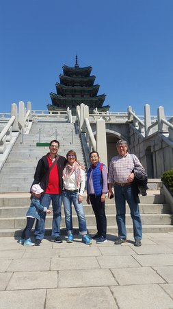 Seoul, Sydkorea: Happy Portuguese family~ It seemed they enjoyed Korean palace and museum. Pls visit again with enough days ^^