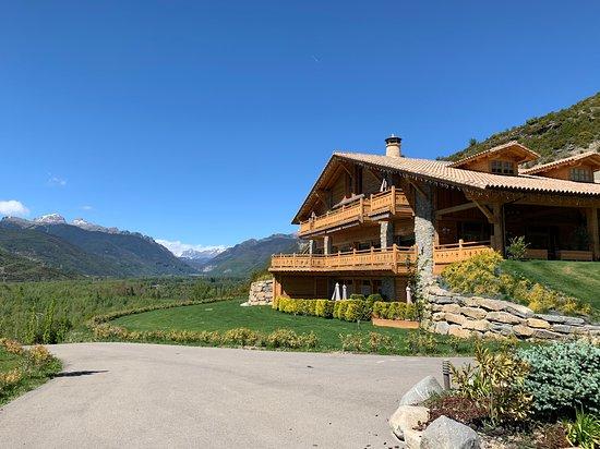 Vista general de la entrada al hotel, tiene un espacio muy amplio para relajarse en el jardín