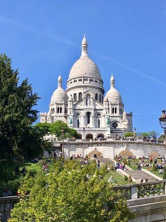 La basílica del Sagrado Corazón de Montmartre,  es un imponente templo religioso situado en París. Está ubicado en lo alto de la colina de Montmartre.