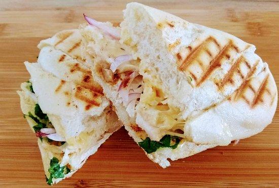 Makowiec, โปแลนด์: Panini americano - świetna grilowana kanapka na brunch z pieczoną piersią z kurczaka, serem, czerwoną cebulą i majonezem. Zapraszam