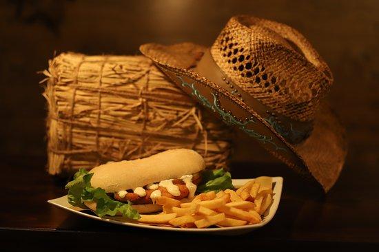 Sand Creek pub pizzeria: Toro seduto Panino con maxi cotoletta panata homemade  fritta con olio altoleico accompagnato da croccanti patatine