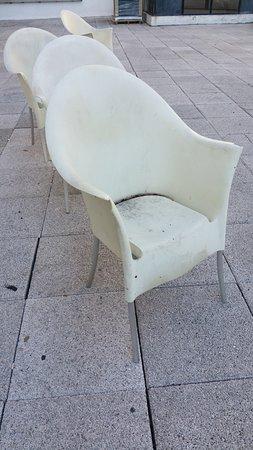 Die restlichen Stühle....verdreckt