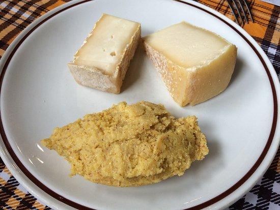 Province of Bergamo, Italie : Polenta e formaggio, la semplicità di tempi passati.