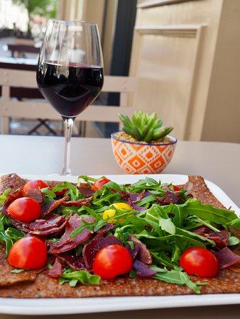 On se fait plaisir avec notre galette du jour 👨🏻🍳 composée de Bresaola avec de délicieuses tomates cerises sur un nid de roquette accompagnée d'un petit verre de rouge 🍷😋