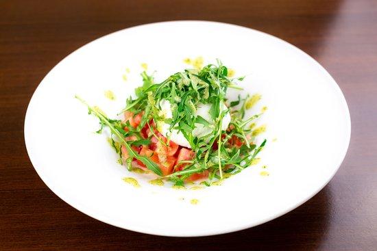 Tartar de tomate con rúcula, mozarela y pesto de albahaca