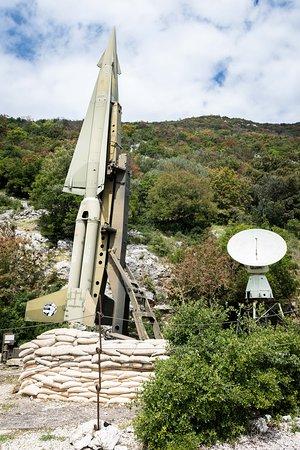 Bunker Soratte: Simulacro di un missile nucleare a destra dell'ingresso al bunker.