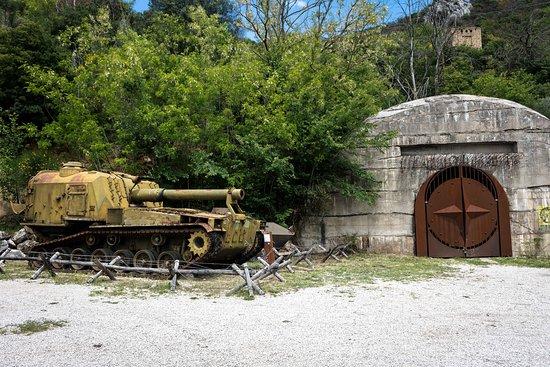 Bunker Soratte: Un'artiglieria semovente M55 vicino ad uno dei vecchi ingressi.