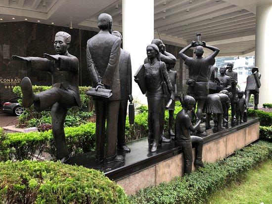 Γουάν Τσάι/Κόζγουεϊ Μπέι: Hong Kong People (1990) sculpture