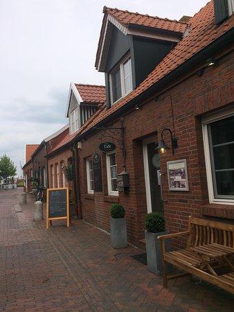 Ditzum, Allemagne: Das Foto zeigt den Eingang des Cafès, das sich weit ins Innere zieht.