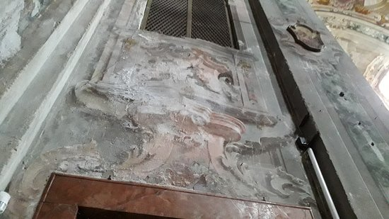 Ecco i sali sulle pareti di una delle cappelle che velocemente si mangiano gli affreschi