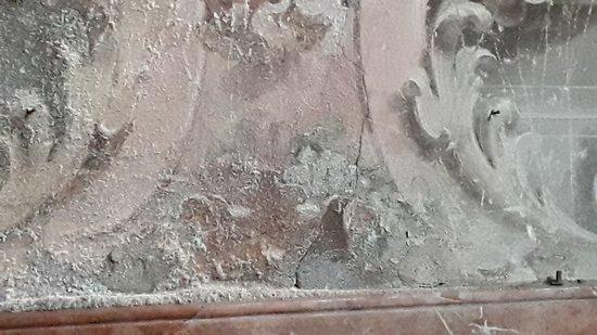 Gli affreschi stanno scomparendo...i sali causati dall'umidità si stanno mangiando tutto!
