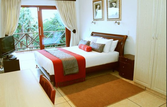 San Lameer, Zuid-Afrika: Main bedroom with small TV & onsuite