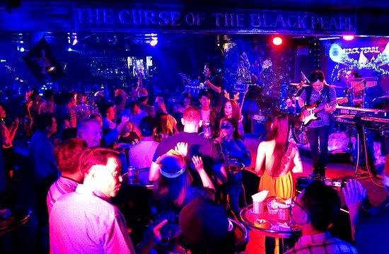 Vung Tau, Vietnam: Đến Black Pearl bất kể tối nào trong tuần bạn đều được thưởng thức chương trình biểu diễn nhạc sống do các ban nhạc, ca sĩ chuyên nghiệp Việt nam và Philipin biểu diễn với nhiều thể loại nhạc Pop, Rock, Dance, Latin,.. nếu bạn yêu thích không khí sôi động của sân khấu ca nhạc sống thì Black Peal bar là một lựa chọn tuyệt vời cho buổi tối thú vị của mình tại thành phố biển Vũng tàu xinh đẹp !   📌Quán mở cửa đón khách từ 8:00pm, ban nhạc bắt đầù diễn từ 9:25pm **Hân hạnh được đón tiếp Quý khách !
