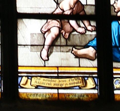 """Eglise des Cordeliers: le vitrail """"Saint Pierre guérissant un boiteux"""". Vitrail réalisé par messieurs Megnen, Clamens et Bordereau d'Angers en 1892, d'après des dessins de Victor Levache. En haut du vitrail, Notre Seigneur remettant les clefs à Saint Pierre."""