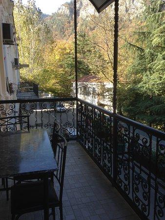 Старинный кованный балкон которому придали новую жизнь с видом на парк , располагает к отдыху после прогулки по парку города