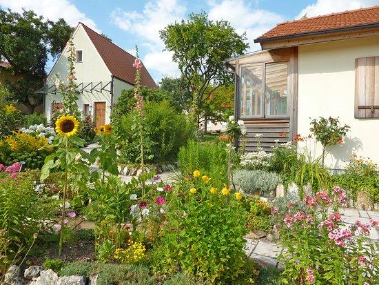 Konnersreuth, ألمانيا: Resl-Garten mit Infogebäude (links) u. Gartenhaus