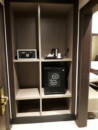 Safebox, kettle, fridge