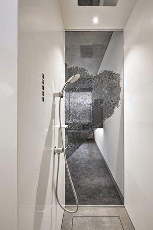 Moderne Bäder in den Business Zimmern vom H4 Hotel Mönchengladbach im BORUSSIA-PARK