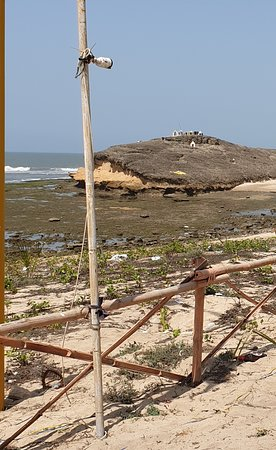 Diu Tent City: Non accessible sea adjacent to Tent site.  View is also very bad.