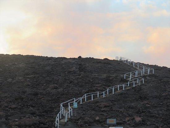 Mount Yasur: 火口への道は短い、途中にポスト