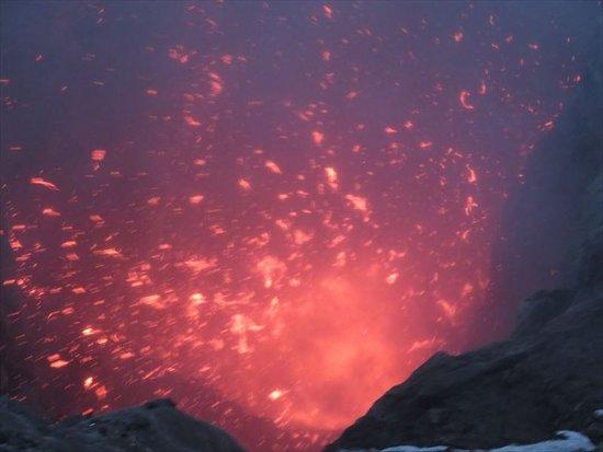 Mount Yasur: 小噴火を肌で体験できる、爆風を感じる