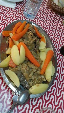 Alguns dos pratos da casa. Favas, arroz com passas, bochechas e iscas com elas.