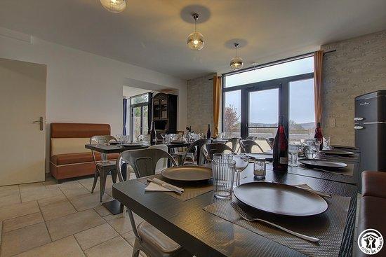 Grande salle à manger avec déco moderne, vaisselle pour 15 ...
