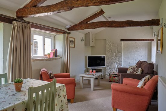 Middlewick Holiday Cottages: The lounge of Orchard View